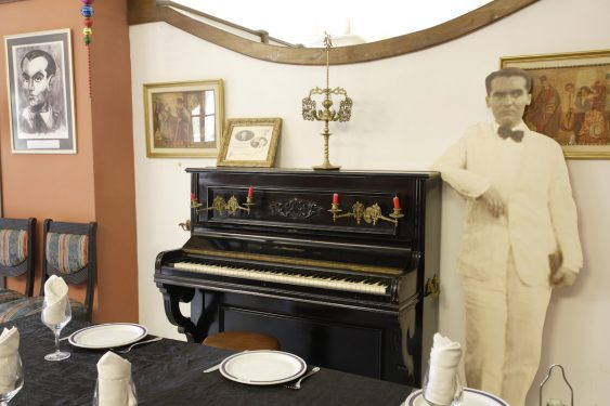 Hotel España de Lanjarón, donde se hospedaba la familia de García Lorca cuando acudía al balneario para aliviar las dolencias de doña Vicenta. Piano con el que Lorca amenizaba a los concurrentes.