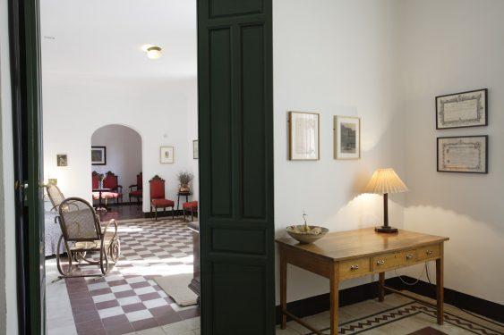 Casa de la Huerta de San Vicente, donde pasaba los veranos la familia de Federico García Lorca. Vista del recibidor y salón comedor al fondo, desde la sala del piano.