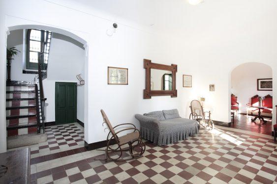 Casa de la Huerta de San Vicente, donde pasaba los veranos la familia de Federico García Lorca. Recibidor, escalera y al fondo el salón comedor.
