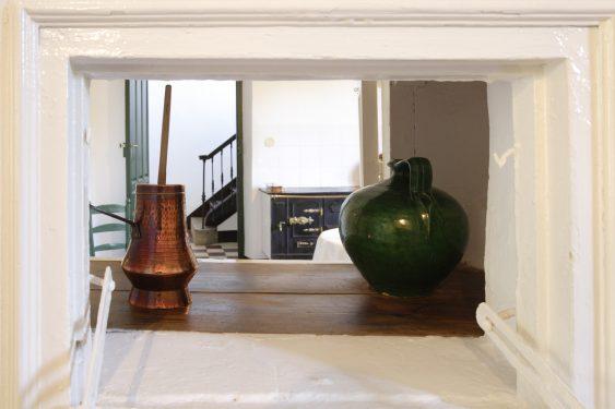 Casa de la Huerta de San Vicente, donde pasaba los veranos la familia de Federico García Lorca. Cocina, ventana de acceso para pasar el servicio de la cocina al comedor.