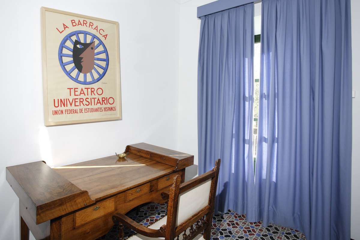 El dormitorio de Lorca se mantiene igual en la Huerta, con el cartel de La Barraca encima del escritorio.