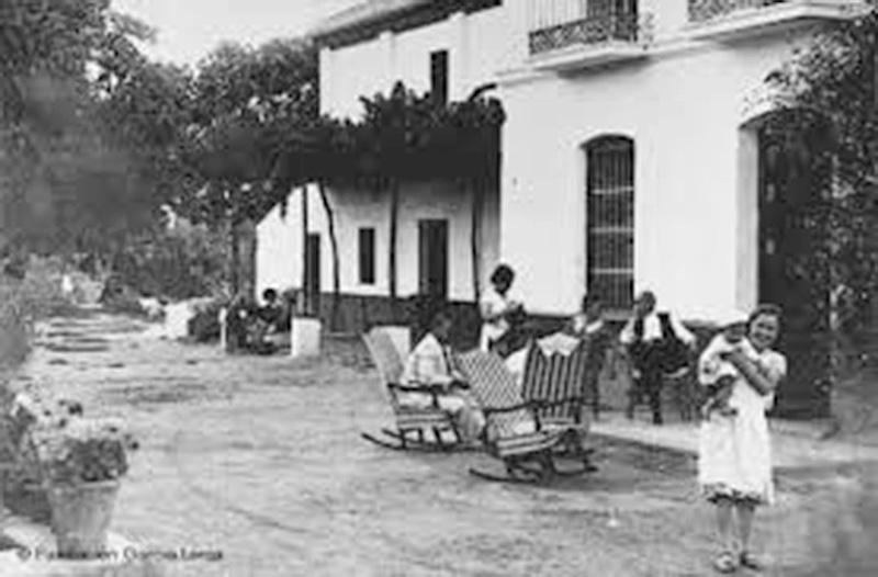 Huerta de San Vicente, con parte de la familia Lorca tomando el fresco en la puerta. / Foto: Fundación FGL