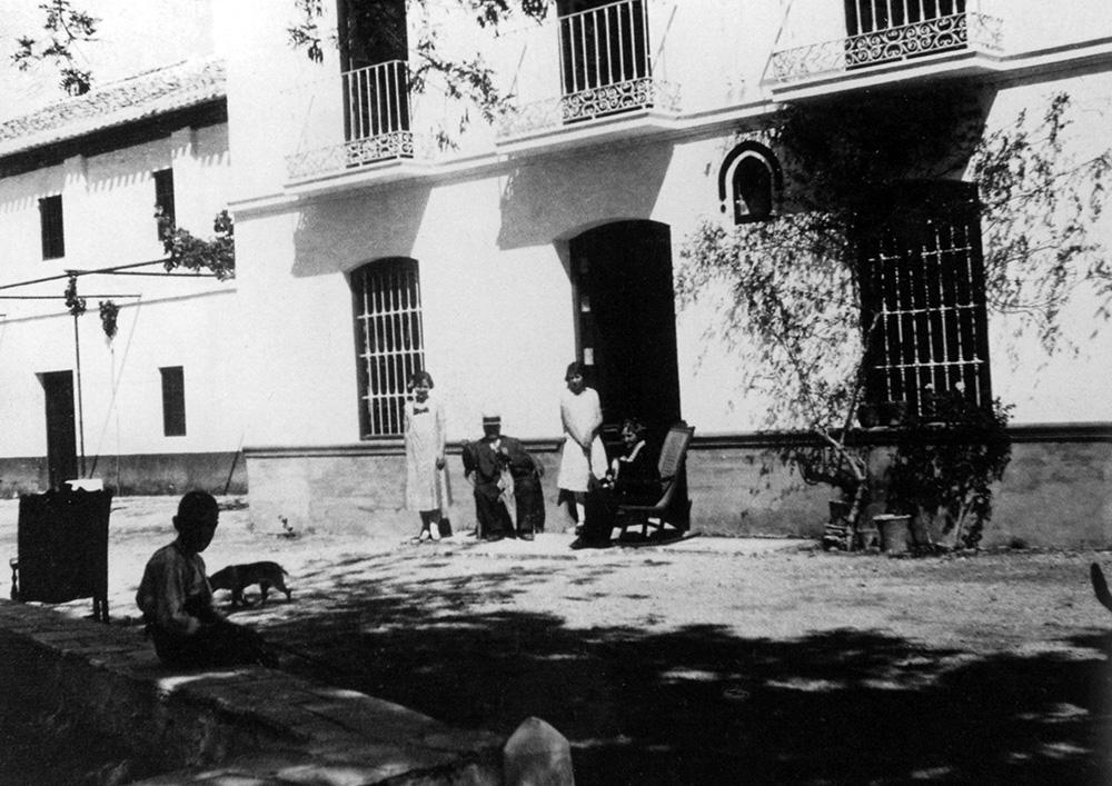 Fachada principal de la casa de la Huerta, con parte de la familia Lorca posando en la puerta.
