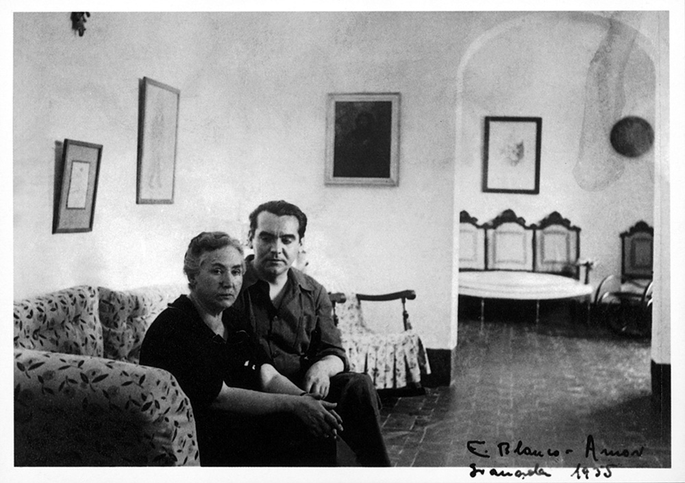 Federico y doña Vicenta Lorca en el interior de la casa de la Huerta de San Vicente.