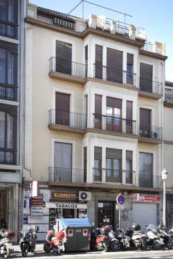 Fachada del inmueble de la calle Acera del Darro, 50, que fue residencia de la familia de Federico García Lorca en Granada.