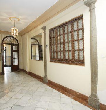 Acceso al inmueble de la calle Acera del Darro, 50, que fue residencia de la familia de Federico García Lorca en Granada.