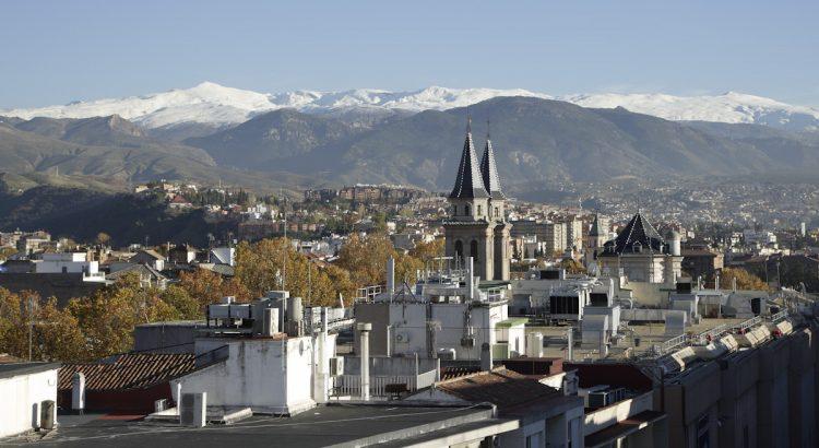 Vistas hacia Sierra Nevada desde la terraza del inmueble de la calle Acera del Darro, 50, que fue residencia de la familia de Federico García Lorca en Granada.