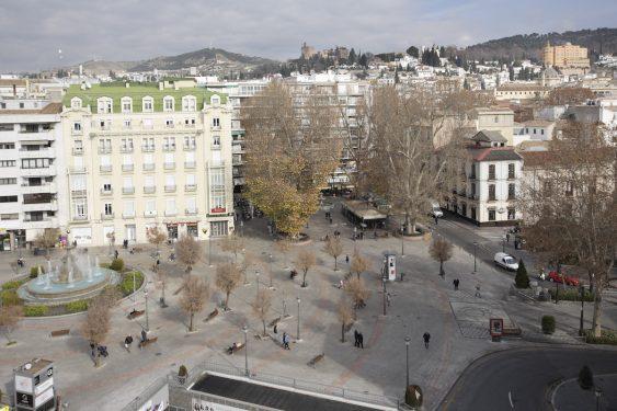 Vista de la Acera del Casino, donde vivió Lorca, la Plaza del Campillo, donde estuvo El Rinconcillo, y al fondo la Torre de la Vela de la Alhambra y el hotel Alhambra Palace, también vinculado a Federico.