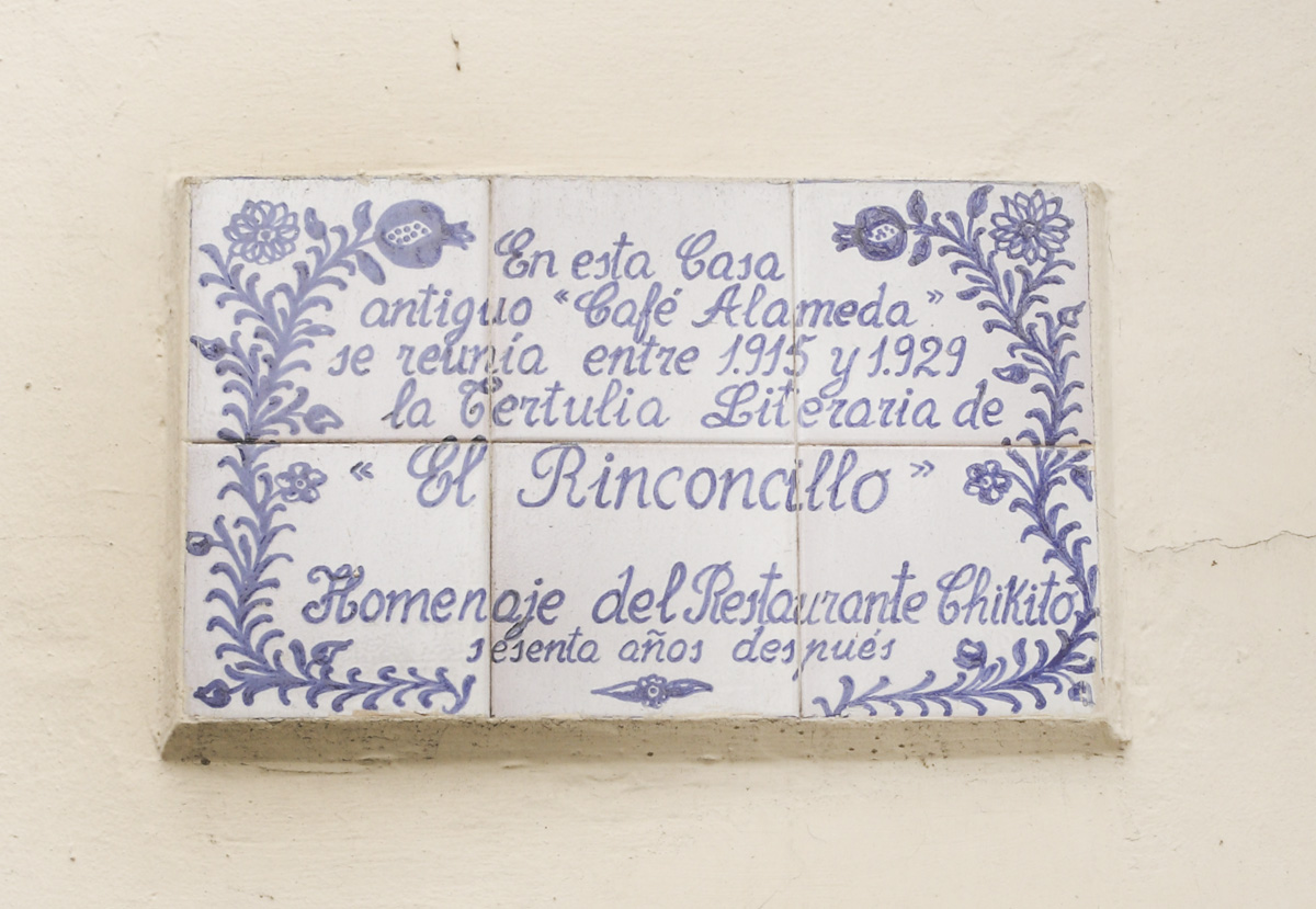 Placa que recuerda a El Rinconcillo en el restaurante Chikito.