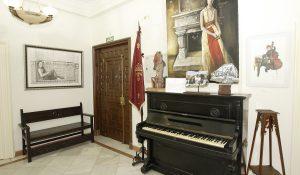 Vestíbulo del Centro Artístico, Literario y Científico de Granada, en el que se encuentra el piano que en su día tocó el joven socio Federico García Lorca.