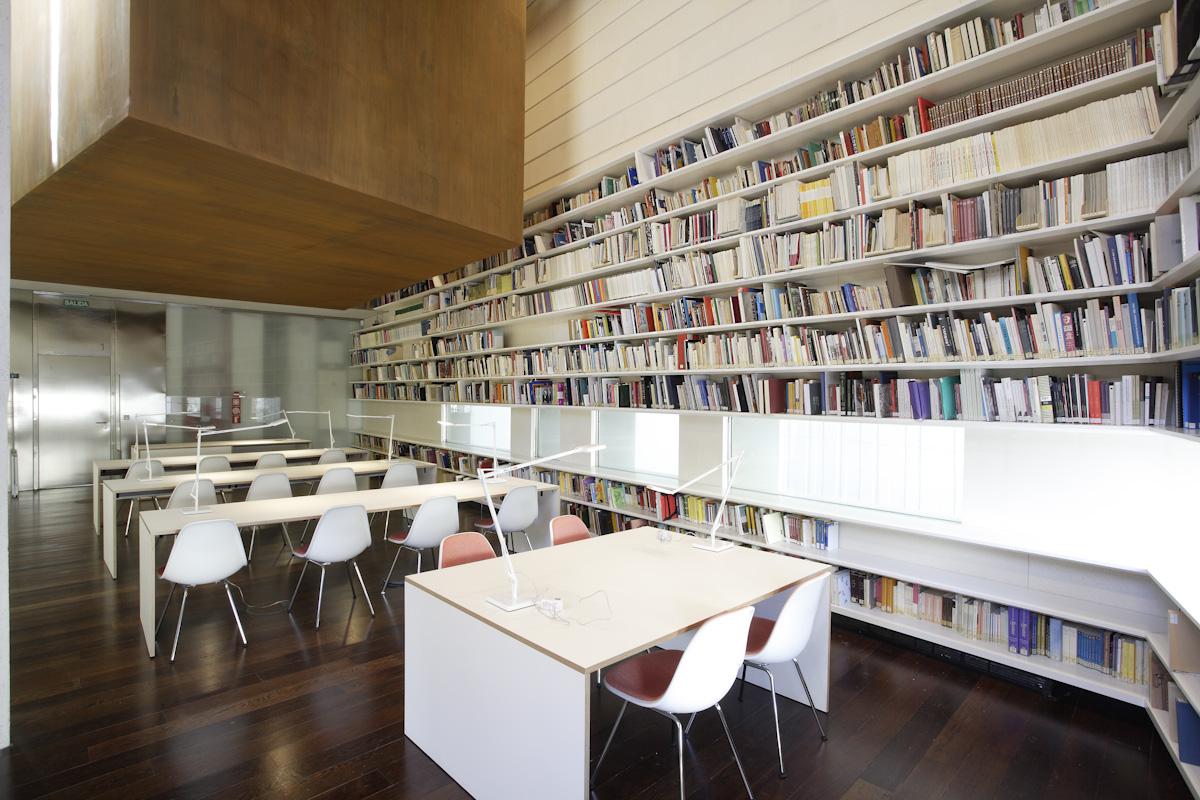 Biblioteca con la cámara acorazada suspendida, en cuyo interior se guarda el legado del poeta de Fuente Vaqueros, (Centro Federico García Lorca).