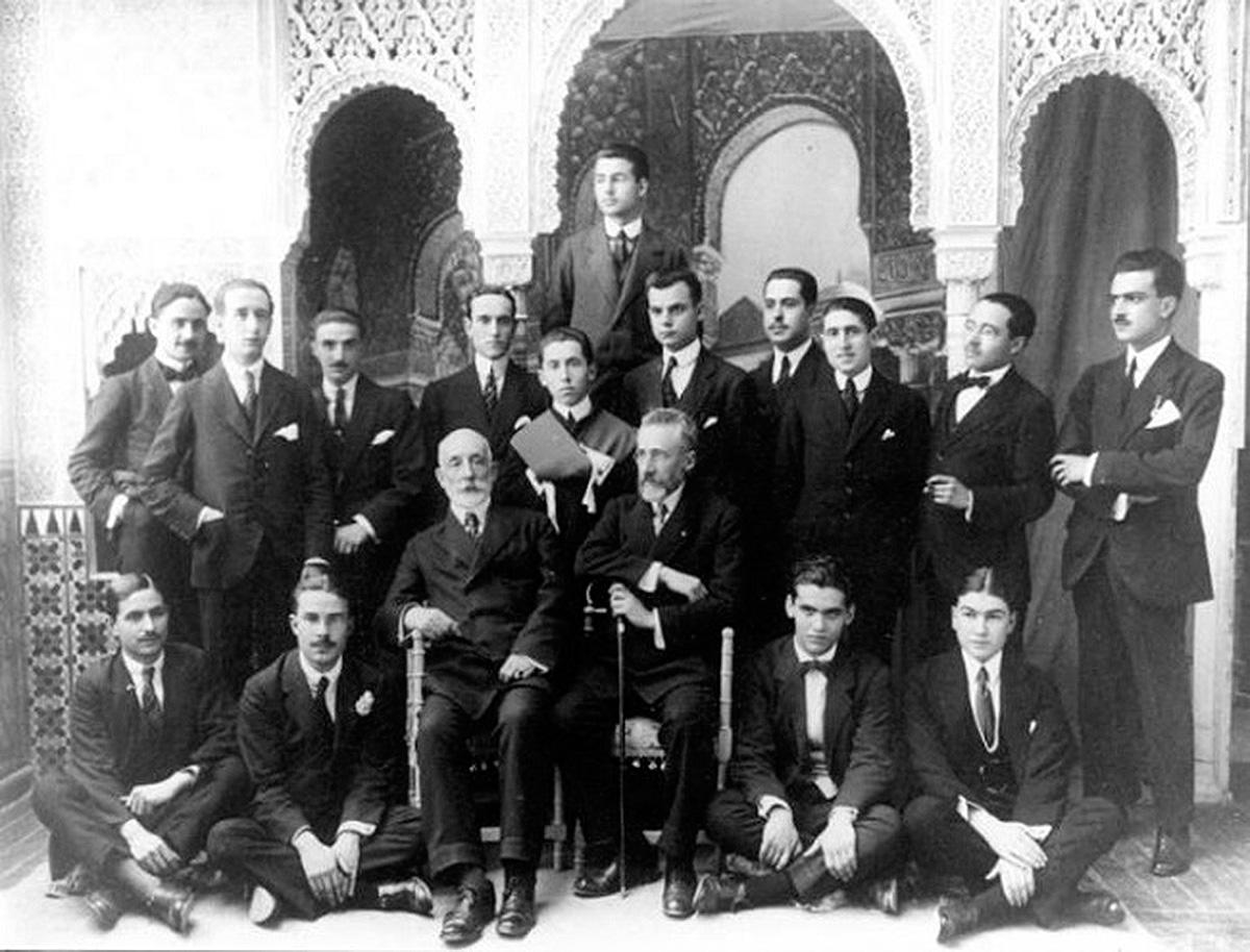 Visita a la Alhambra de los alumnos de Martín Domínguez Berrueta. Lorca aparece sentado en el suelo el segundo por la derecha.