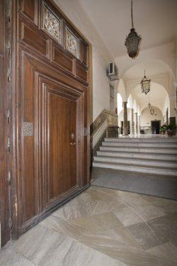 Acceso desde la calle Duquesa a la Facultad de Derecho, sede del Gobierno Civil de Granada en 1936