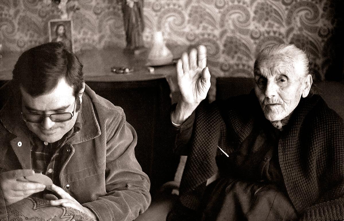 Angelina Cordobilla, sirvienta de la familia del alcalde socialista Manuel Fernández-Montesinos, que vio por última vez a García Lorca en el antiguo Gobierno Civil, junto al periodista Antonio Ramos Espejo.