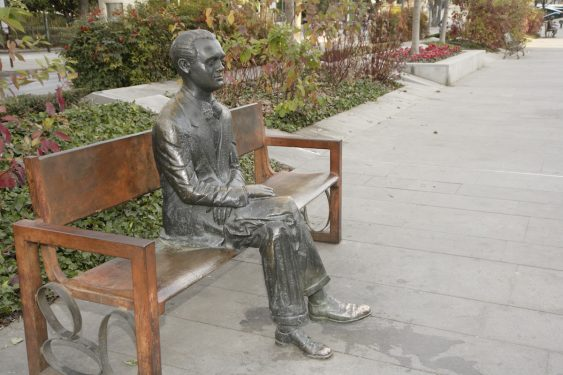 Escultura de Federico García Lorca situada en el paseo central de la Avenida de la Constitución de Granada.