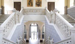 Escalera de acceso a la primera planta del Instituto Padre Suárez, en Granada.