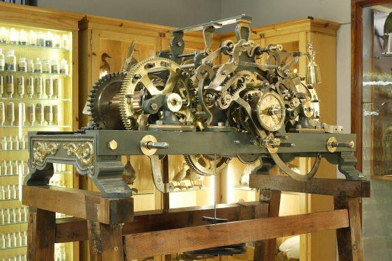 Mecanismo de reloj perteneciente al Museo de Ciencias del Instituto Padre Suárez, en Granada.