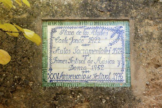 La plaza de los Aljibes está dentro del recinto de la Alhambra de Granada y en 1922 acogió el primer Concurso de Cante Jondo. Placa en recuerdo de distinto acontecimientos celebrados allí.