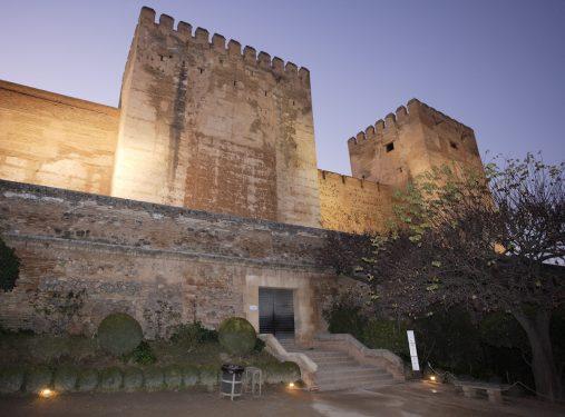 Entrada a la Alcazaba de la Alhambra desde la plaza de los Aljibes.