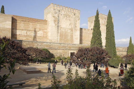 La plaza de los Aljibes está dentro del recinto de la Alhambra de Granada y en 1922 acogió el primer Concurso de Cante Jondo.