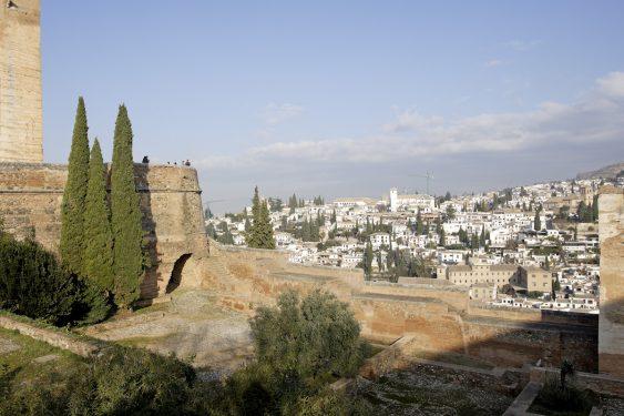 Vistas hacia el barrio del Albaicín en Granada, desde la plaza de los Aljibes en la Alhambra.