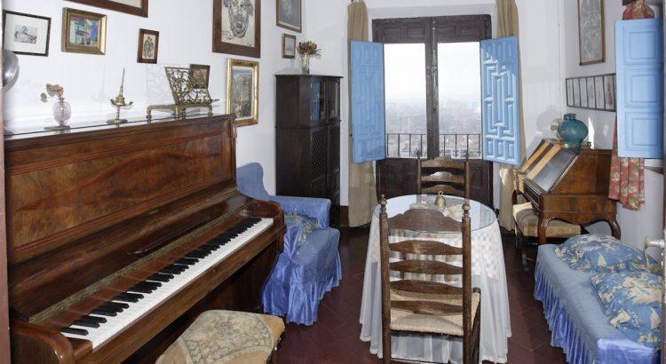 Estudio de Manuel de Falla, con el piano donde componía, en el Carmen de la Antequeruela, donde vivió entre 1922 y 1939 junto a su hermana María del Carmen.