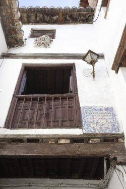 Carmen de los Mascarones, en la calle Pagés del Albaicín de Granada, casa el poeta Pedro Soto de Rojas. Placa conmemorativa colocada por iniciativa del Ateneo de Granada, diseñada por Hermenegildo Lanz.
