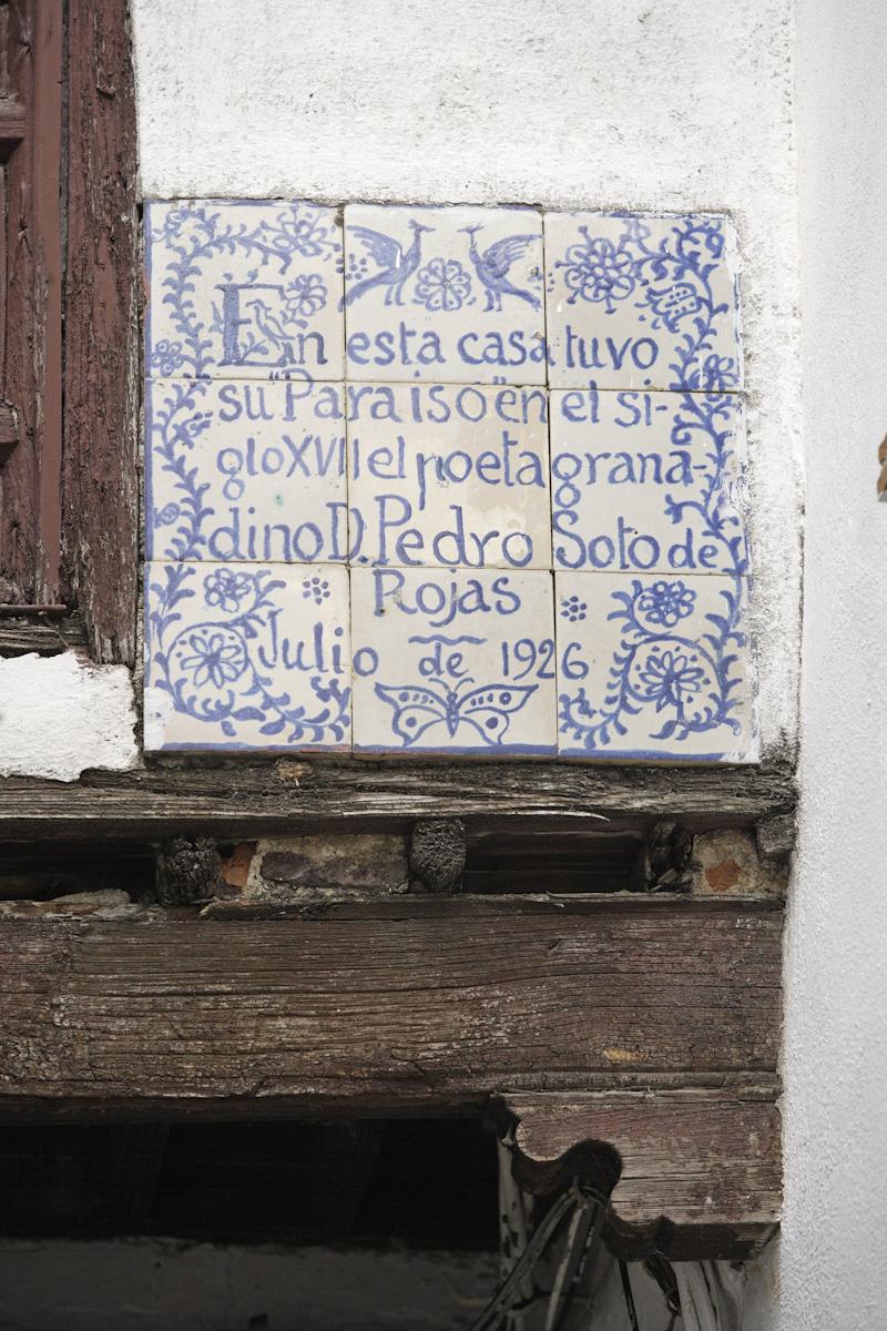 Placa de homenaje a Pedro Soto de Rojas, con dibujo de Hermenegildo Lanz, colocada a iniciativa del Ateneo de Granada.