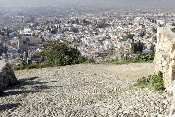 Vistas hacia la ciudad de Granada desde la Ermita de San Miguel Arcángel, en el cerro del Aceituno, también llamada de San Miguel Alto.