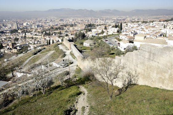 Vistas hacia la ciudad de Granada y la muralla nazarí desde la Ermita de San Miguel Arcángel, en el cerro del Aceituno, también llamada de San Miguel Alto.