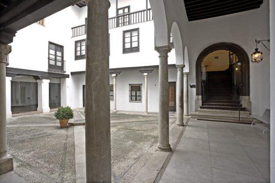 Patio porticado con galería de arcos de medio punto, y a la derecha escalera de acceso a la primera planta. Casa de los Tiros.