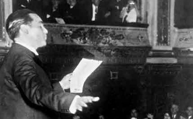 Federico García Lorca reciting at the Avenida Theater in Buenos Aires. / Photo: FGL Foundation