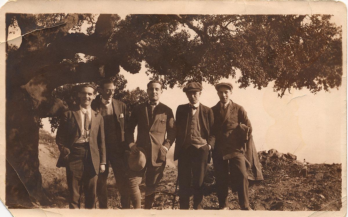 Federico García Lorca (primero por la izquierda) en un viaje a Guadix con Manuel de Falla (segundo por la derecha) y otros amigos.