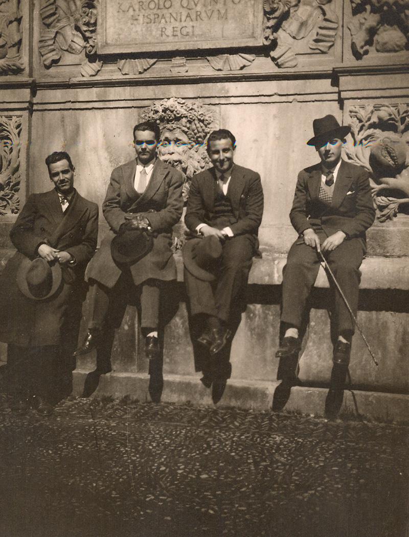 Federico García Lorca con unos amigos en el Pilar de Carlos V, en la Alhambra.