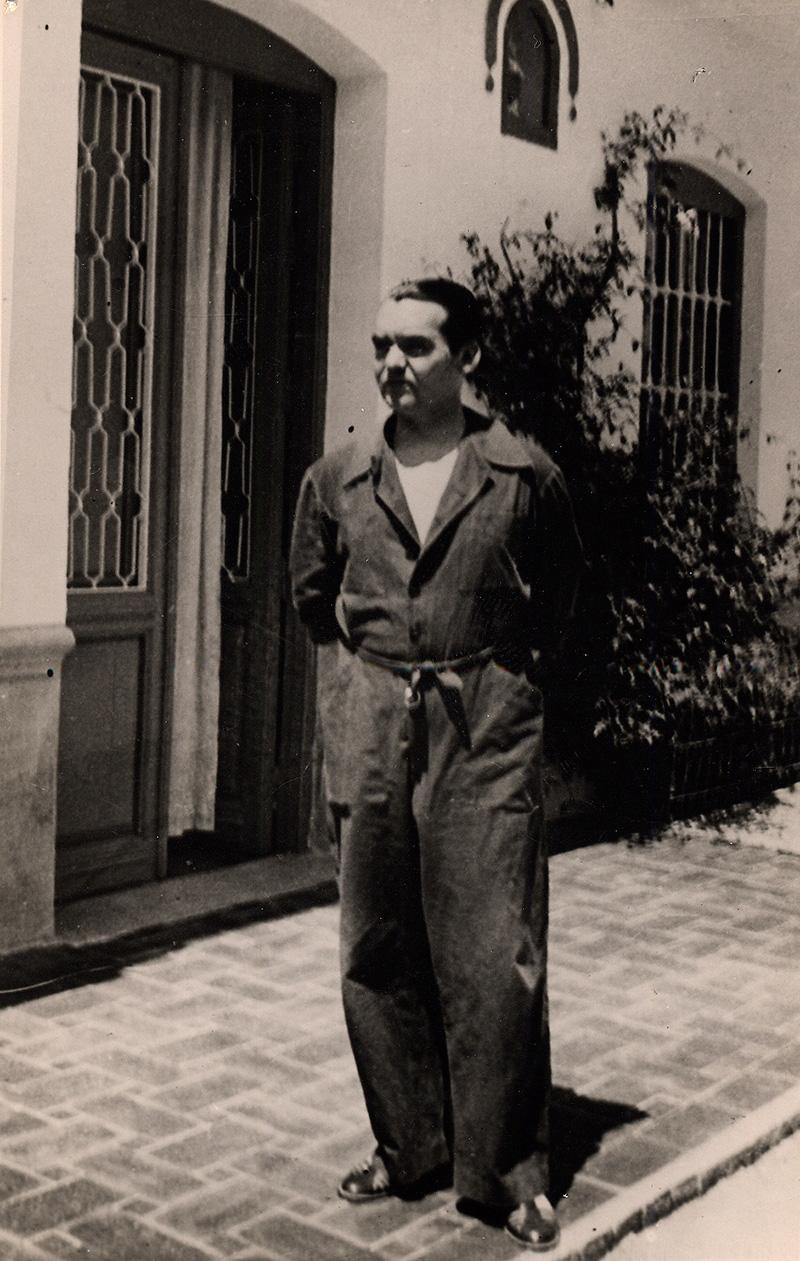 Federico García Lorca en la Huerta de San Vicente, vestido con el mono de La Barraca.