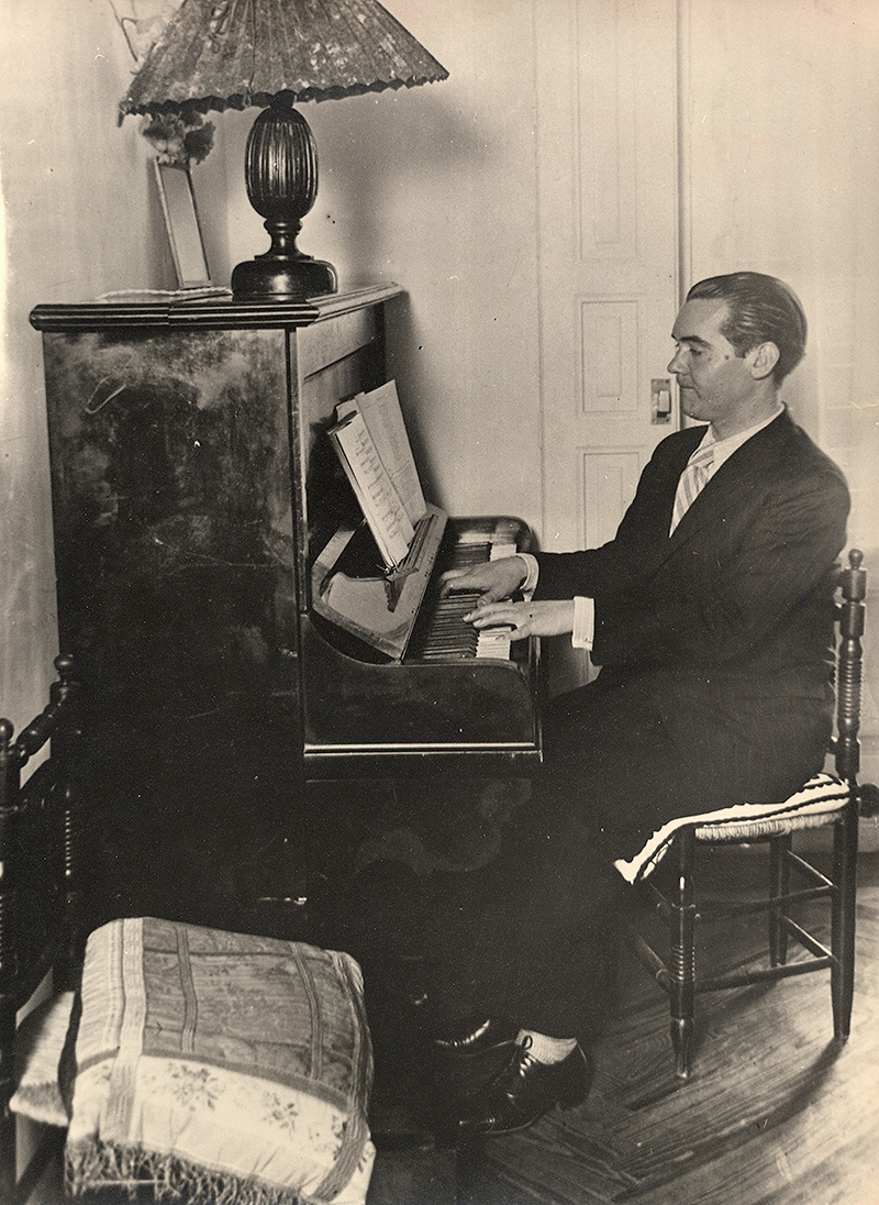 Federico García Lorca tocando el piano.