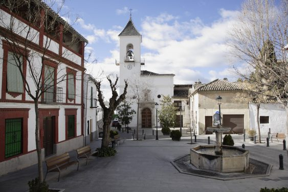 Iglesia de Víznar y Palacio del Cuzco desde la plaza del ayuntamiento.