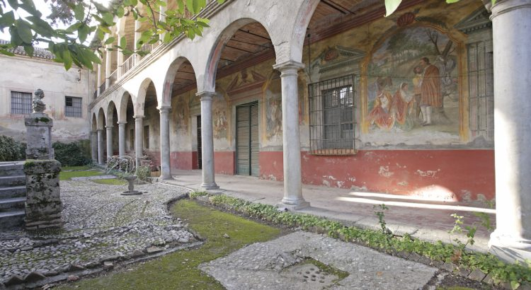 The Cuzco Palace (episcopal palace of Víznar, end of 18th century) owes its name to the Peruvian archbishop Juan Manuel Moscoso y Peralta. Gallery with frescoes that were painted by different artists, among them Nicolás Martín Tenllado.