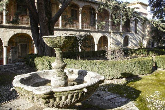 El Palacio del Cuzco (palacio episcopal de Víznar, final S.XVIII) debe su nombre al arzobispo peruano Juan Manuel Moscoso y Peralta. Vista parcial del jardín con frescos de fondo.