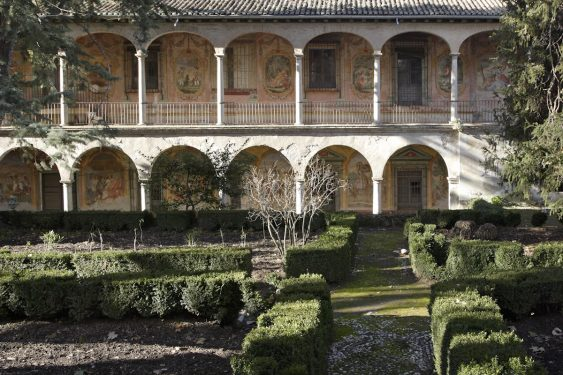 The Cuzco Palace (episcopal palace of Víznar, end of 18th century) is named after the Peruvian archbishop Juan Manuel Moscoso y Peralta. Partial view of the garden with frescoes in the background.