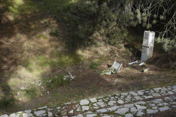 El barranco de Víznar se encuentra junto a la carretera que une Víznar y Alfacar, donde se han localizado fosas comunes de represeliados de Granada. Monolito con la leyenda 'Lorca eran todos'.