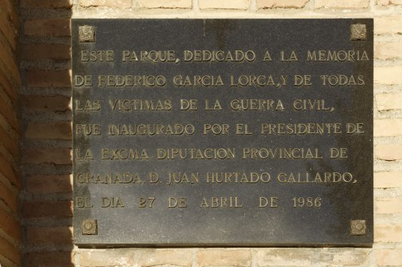 Inauguration plaque of the Federico García Lorca Park, built in Alfacar in 1986 in memory of the poet and the other victims of the Civil War.