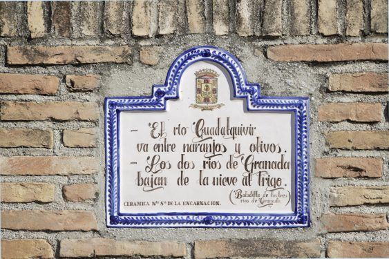 Ceramic plaque with the poem of the three Granada rivers, placed at the entrance to the Federico García Lorca Park, built in Alfacar in 1986 in memory of the poet and the other victims of the Civil War.