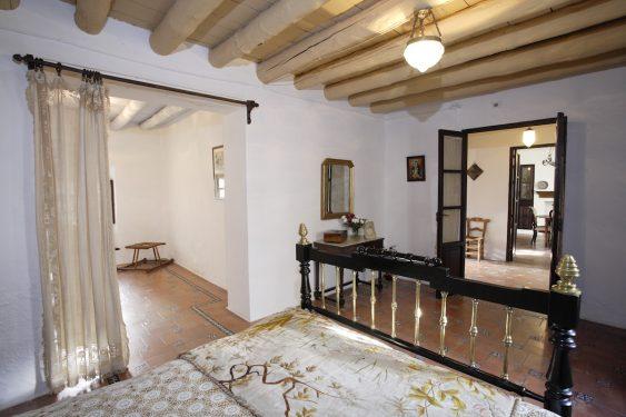 Museo Casa-Natal de Federico García Lorca en Fuente Vaqueros. Dormitorio de los padres de Federico, a la izquierda su dormitorio y al fondo el comedor.