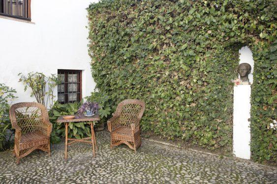 Museo Casa-Natal de Federico García Lorca en Fuente Vaqueros. Rincón del patio con el busto de Federico.