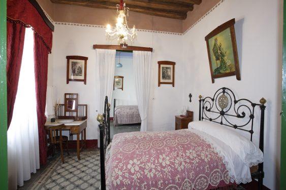Dormitorio de los padres de Federico García Lorca, en la casa familiar de Valderrubio y al fondo dormitorio de Federico.