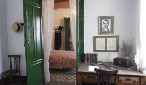 Escritorio de Federico García Lorca en su dormitorio de Valderrubio, y al fondo el dormitorio de sus padres.