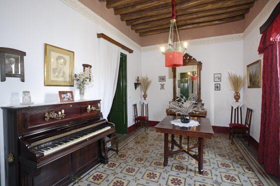 Salón con el piano de Federico García Lorca, en la casa familiar de Valderrubio.