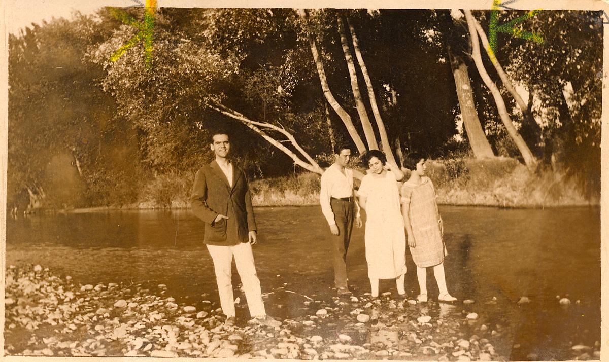 Lorca y sus hermanos en el río Cubillas.