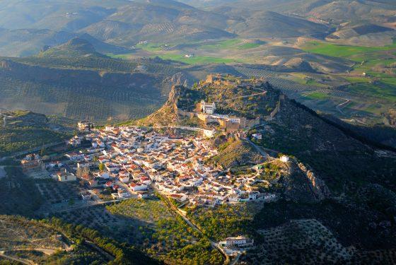 Vista aérea de Moclín, con su Castillo y el Santuario del Cristo del Paño.